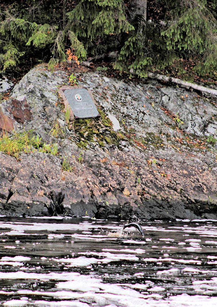 Мемориальная доска на пороге Кеняйкоски